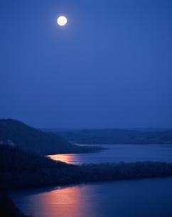 月明かりの塘路湖  北海道の写真素材 [FYI03188190]