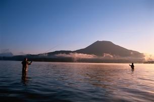 朝日さす阿寒湖と釣り人 北海道の写真素材 [FYI03188198]