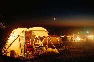 キャンプの明かりと月の写真素材 [FYI03188202]