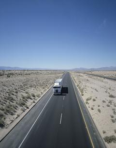 直線道(ルート15)を走るトラック アメリカの写真素材 [FYI03188351]