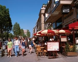 シャンゼリゼ大通りのカフェ パリ フランスの写真素材 [FYI03188484]