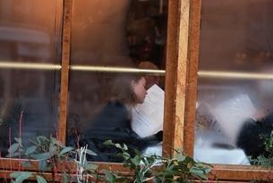 レストランの窓辺      パリ フランスの写真素材 [FYI03188489]