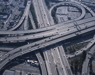 フリーウェイのインターチェンジの風景 ロサンゼルス アメリカの写真素材 [FYI03188801]