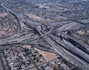 フリーウェイのインターチェンジの風景 アリゾナ アメリカの写真素材 [FYI03188807]