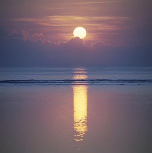 水面に反射する朝日   バリ インドネシアの写真素材 [FYI03188833]