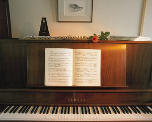 ピアノと置かれた楽譜の写真素材 [FYI03188869]