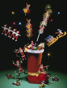 クリスマスイメージ(長靴・サンタクロース・おもちゃ)の写真素材 [FYI03188885]
