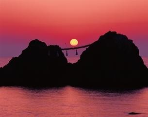 二見ヶ浦の夫婦岩と夕日 志摩町 福岡県の写真素材 [FYI03188958]