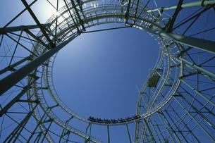 ジェットコースターの骨組みと青空 香椎花園 福岡市の写真素材 [FYI03188997]