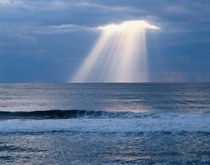 冬の海と光芒 鹿児島県の写真素材 [FYI03189005]