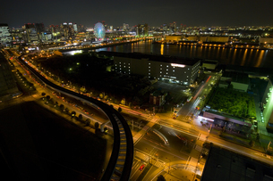 ゆりかもめの軌道と大観覧車とビル群の夜景の写真素材 [FYI03189294]