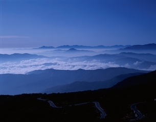 雲海と山並みと道路   乗鞍岳 長野県の写真素材 [FYI03189682]