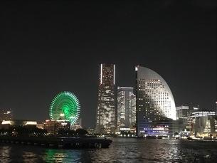 海から見たみなとみらい夜景 写真素材の写真素材 [FYI03189790]