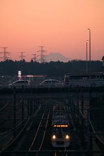 北総線と富士山の夕景の写真素材 [FYI03189868]