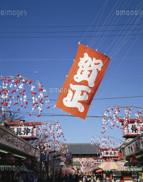 正月飾りの仲見世と青空 浅草 東京都の写真素材 [FYI03189892]