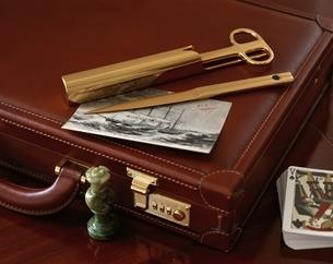 ブリーフケースとペーパーナイフの写真素材 [FYI03190035]