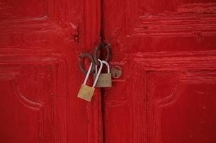 赤いドアと鍵の写真素材 [FYI03190042]
