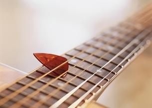 ギターとピック(茶色)の写真素材 [FYI03190334]
