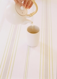 日本茶を注ぐの写真素材 [FYI03190352]