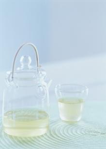 冷たい日本茶(ガラスの急須と湯飲み)の写真素材 [FYI03190355]
