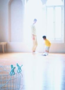 親子で掃除(手前にカゴ)の写真素材 [FYI03190361]