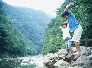 川遊びをする2人の日本人の男の子の写真素材 [FYI03190440]