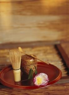椿と茶碗と茶筅の写真素材 [FYI03190446]