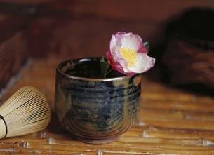 椿と茶碗と茶筅の写真素材 [FYI03190449]