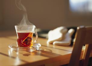 ティーバッグの紅茶の入ったカップの写真素材 [FYI03190468]