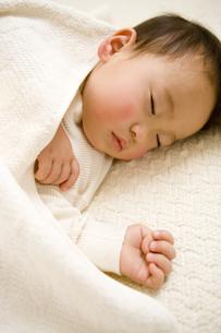 眠る日本人の赤ちゃんの写真素材 [FYI03190633]