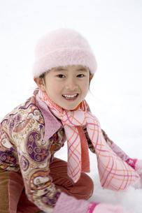 雪遊びをする女の子の写真素材 [FYI03190639]