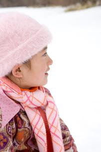 雪遊びをする女の子の写真素材 [FYI03190645]