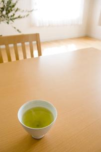 テーブルの上の日本茶が入った湯呑の写真素材 [FYI03190670]