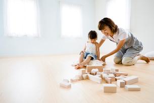 積み木で遊ぶお母さんと女の子の写真素材 [FYI03190733]
