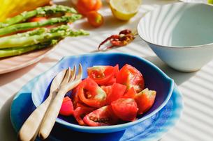 食卓のトマトとアスパラの写真素材 [FYI03190949]