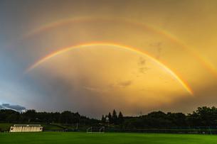 二重に架かる夕焼けの虹の写真素材 [FYI03190963]