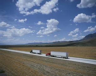 ハイウェイの2台のトラック アリゾナ アメリカの写真素材 [FYI03191606]