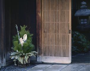 玄関先の門松の写真素材 [FYI03191625]