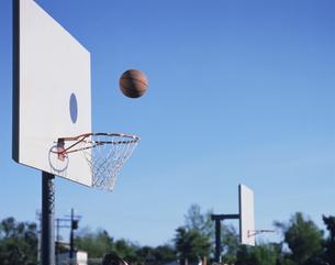 ゴールへ投げたバスケットボールの写真素材 [FYI03191626]