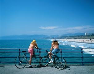 自転車の若者たち    サンタモニカ アメリカの写真素材 [FYI03191686]