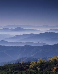 秋のアルプスの山並み(青) 乗鞍岳 長野県の写真素材 [FYI03191952]