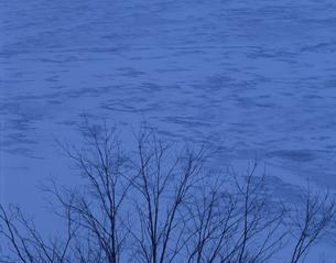 凍る湖 裏磐梯 福島県の写真素材 [FYI03191963]