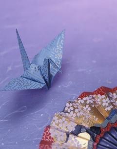 折鶴と扇の写真素材 [FYI03191987]