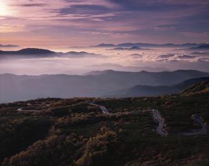 乗鞍岳の山並みと雲海と道 長野県の写真素材 [FYI03191990]