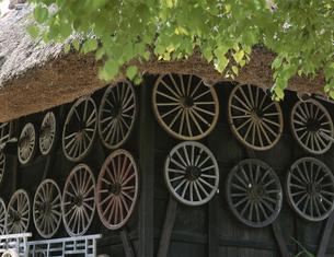飛騨の里の壁の車輪 高山 岐阜県の写真素材 [FYI03192069]