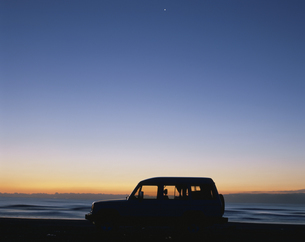 朝焼けと4WD車のシルエットの写真素材 [FYI03192341]
