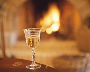 暖炉とワイングラスの写真素材 [FYI03192358]