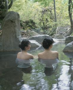 露天風呂の後姿の2人の日本人女性 長野県の写真素材 [FYI03192374]
