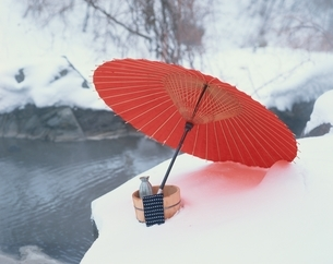 赤い和傘と桶のある露天風呂のイメージの写真素材 [FYI03192379]
