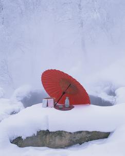 雪の露天風呂と番傘と桶と徳利とお猪口 吹上温泉 北海道の写真素材 [FYI03192388]